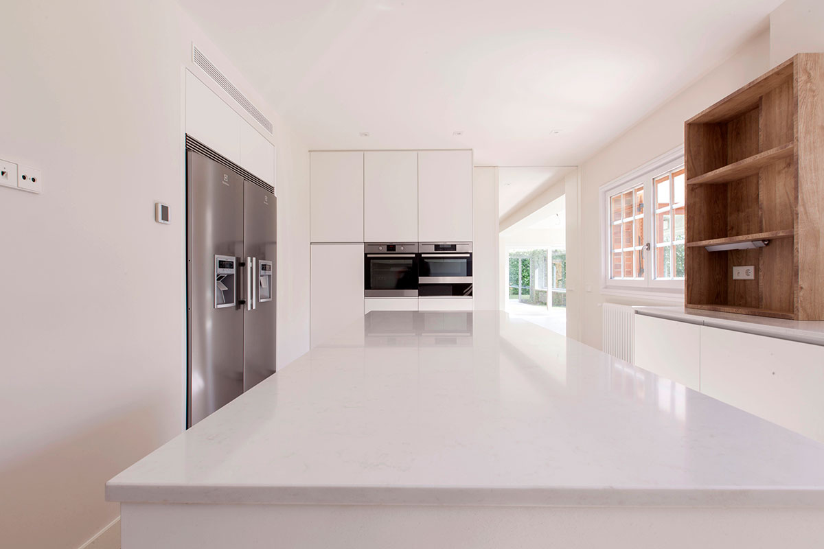 Cocina blanca con isla mentha cocinas for Proyecto muebles de cocina