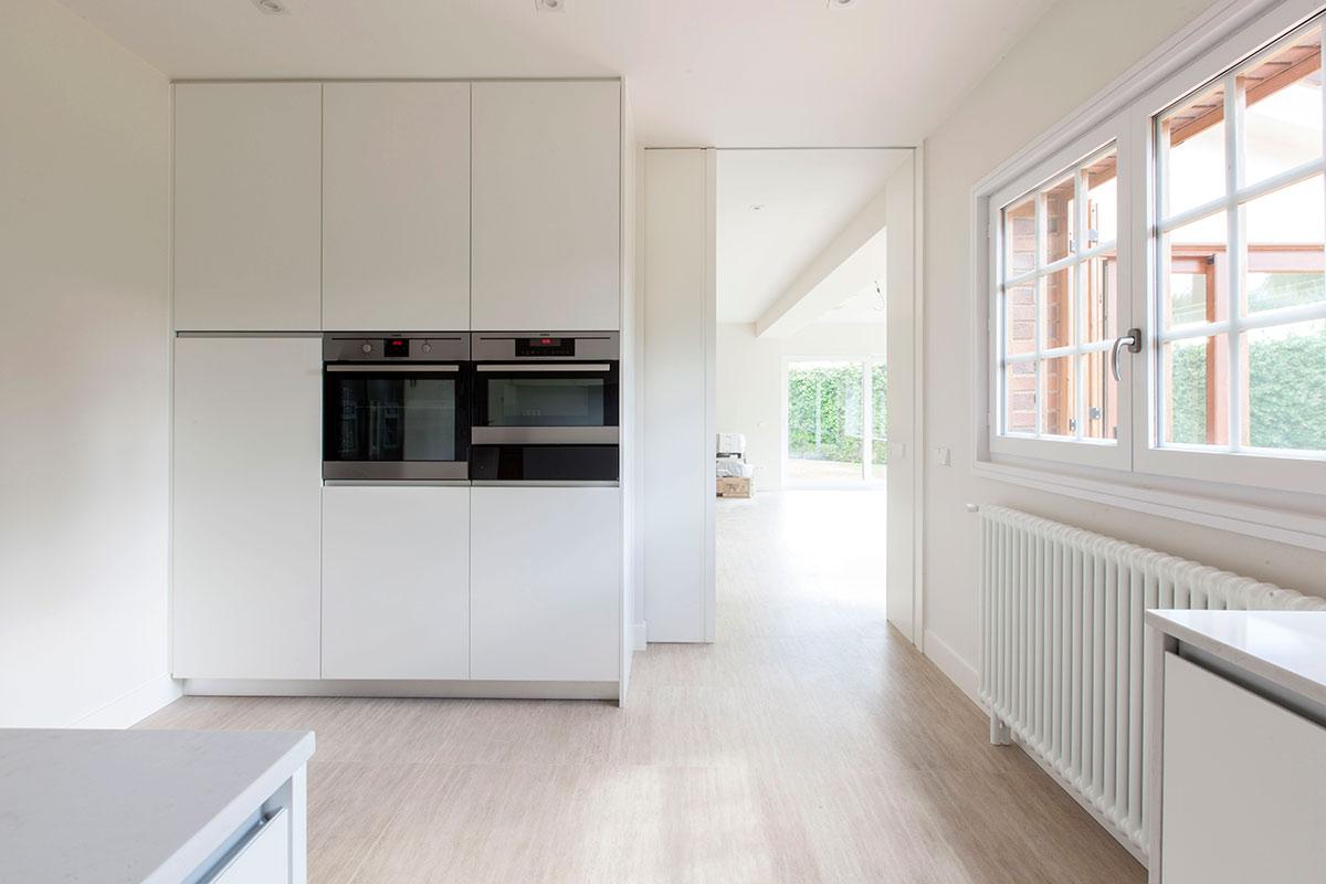 Cocina blanca con isla mentha cocinas for Muebles de cocina zona pilar