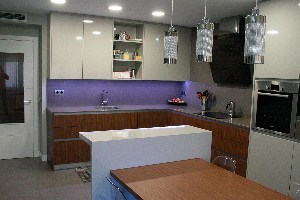 Cocina con mesa silestone en getafe mentha cocinas for Muebles getafe