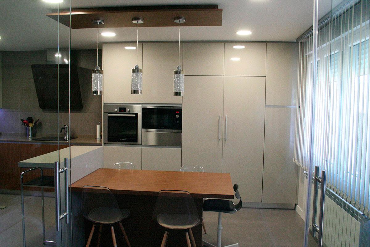 Cocina con mesa silestone en getafe mentha cocinas - Muebles en getafe ...