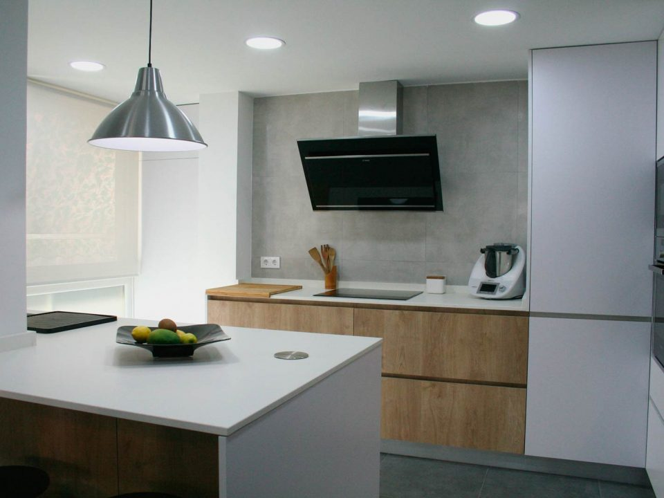 Cocina con península y pilar integrado