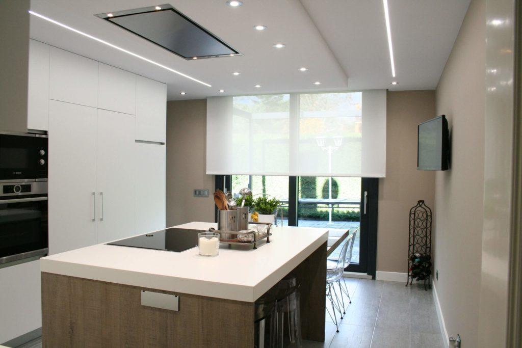 Cocina con campana de techo